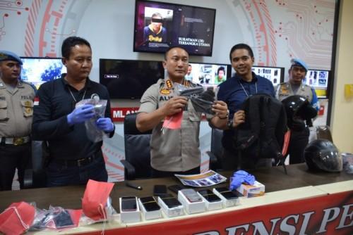 Kapolresta Tangerang Kombes Pol Sabilul Alif menunjukan barang bukti saat menggelar ekspose kasus pencurian toko handphone di Cikupa, di Mapolres Kota Tangerang, Kamis (8/8/19). Foto: Antara