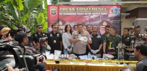 Berantas Narkoba dan Premanisme, 58 Personil Polres Jakbar Raih Pin Emas dari Kapolri