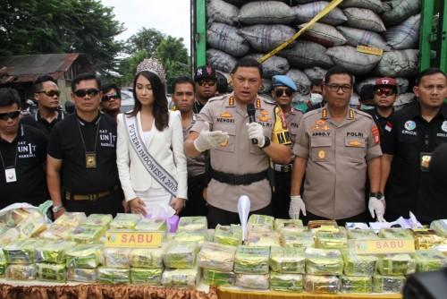 Polisi menyita narkotika jenis sabu sebanyak lima karung dengan total 120 kg yang diselipkan diantara tumpukan arang. (Foto: Ist)