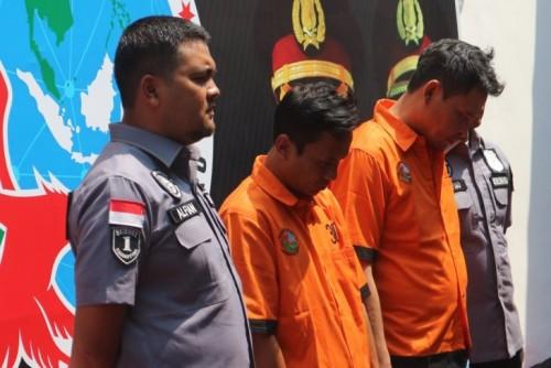 Pemasok narkotika bagi komedian Nunung, E (kanan), dan IP (kiri), dihadirkan saat ekspose kasus di Polda Metro Jaya, Jakarta, Kamis (25/7/2019). Foto: Antara