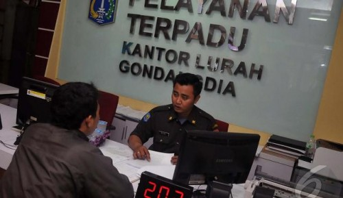 Petugas Kelurahan Gondangdia (Foto Istimewa)