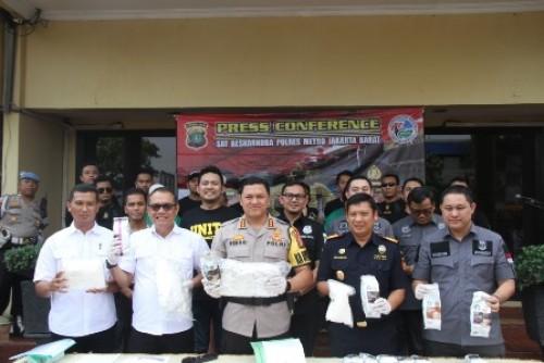 Kapolres Metro Jakarta Barat Kombes Pol Hengki Haryadi SIK, MH., mengungkapkan kronologi penangkapan tersangka sindikat penyelundupan narkotika jenis sabu jaringan Internasional.